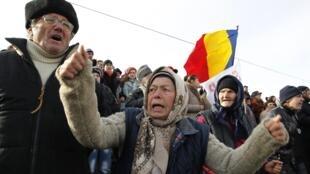 Le groupe américain Chevron n'a pas donné les raisons de sa décision mais il a suspendu les travaux de forage après des protestations des Roumains hostiles à l'exploitation du gaz de schiste.