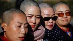 As quatro mulheres rasparam simbolicamente a cabeça para protestar contra as prisões arbitrárias na China