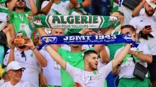 Les supporters algériens au stade du 30 juin au Caire.