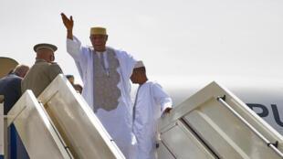 L'ex-président malien Amadou Toumani Touré à la descente de son avion sur le tarmac de l'aéroport de Bamako, le 24 décembre.