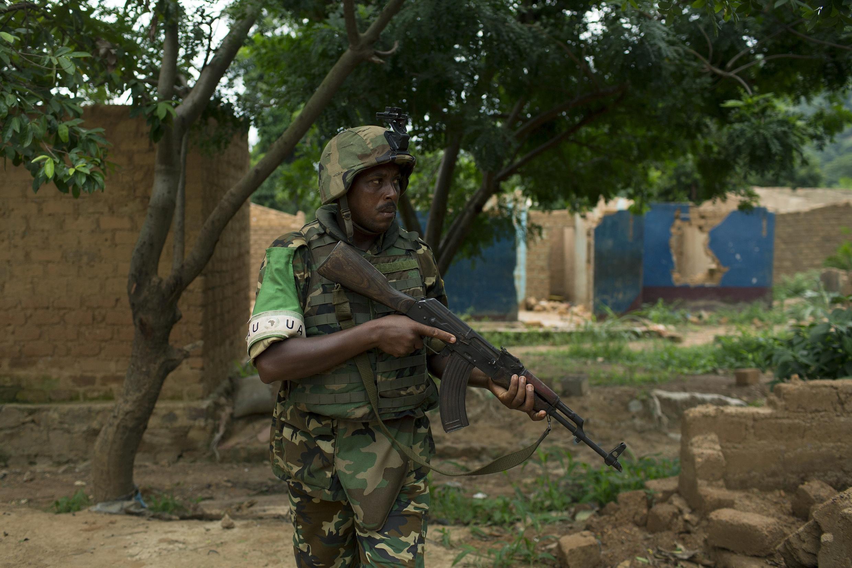 Un gardien de la paix de l'Union africaine monte la garde près d'un camp où des familles musulmanes se préparent à être évacuées, le 27 avril 2014
