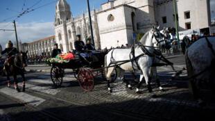 Caixão com corpo de Mário Soares é transportado do Mosteiro dos Jerónimos rumo ao Cemitério dos Prazeres, em Lisboa.