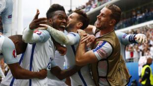 Jugadores de Inglaterra celebran la victoria contra el País de Gales.