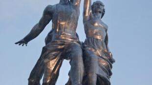 Скульптура «Рабочий и Колхозница» после реставрации.