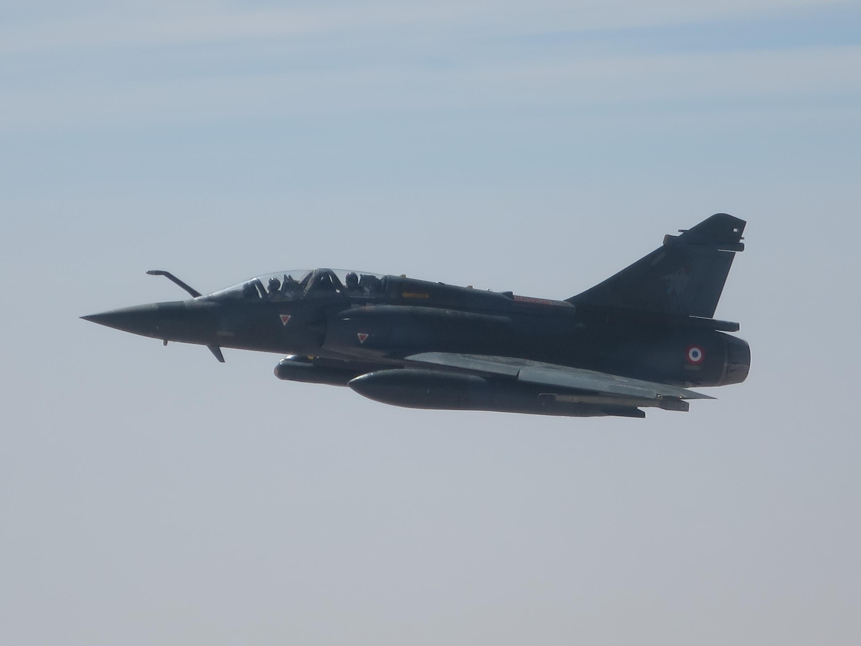 Un chasseur-bombardier «Mirage 2000D» au-dessus du Sahel.