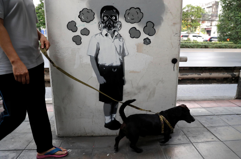 Grafiti sobre la calidad del aire en Bangkok, este 15 de enero de 2019.