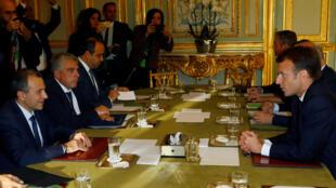 Emmanuel Macron (d) avec le ministre libanais des Affaires étrangères Gebran Bassil (g), à l'Elysée, le 14 novembre 2017.