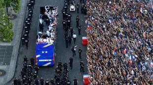 法國足球隊得勝凱旋 巴黎數十萬球迷不滿巴車走太快2018年7月16日