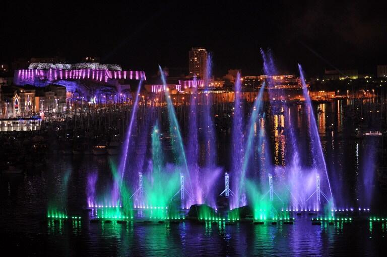 Feu d'artifice à l'occasion du lancement de la Capitale européenne de la culture au Vieux-Port de Marseille.