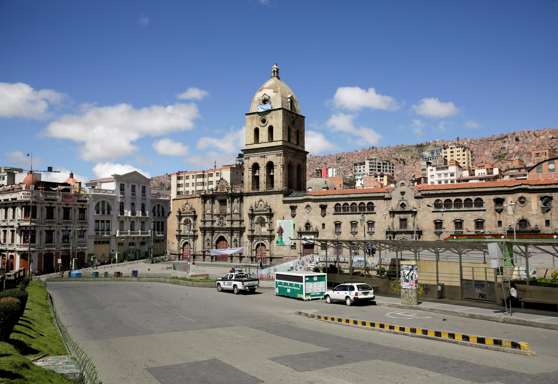 Rua deserta da capital bolivana, La Paɗ, no primeiro dia de confinamento em 22 de março..