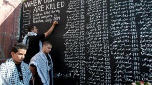 28 juillet 2014 : dans le camp de réfugiés d'Aïda, en Cisjordanie, un mur porte les noms des enfants tués à Gaza depuis le début de l'offensive israélienne.