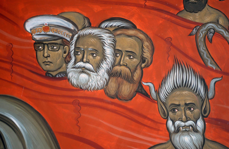 Маркс, Энгельс и лидер коммунистической Югославии Тито на фреске в сербской православной церкви в Подгорице (Черногория).