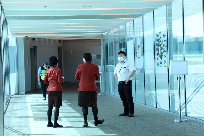 Un agent de l'aéroport Changi de Singapour, portant un masque, attend à l'arrivée d'un vol en provenance de Hangzhou, en Chine, le 22 janvier 2020.