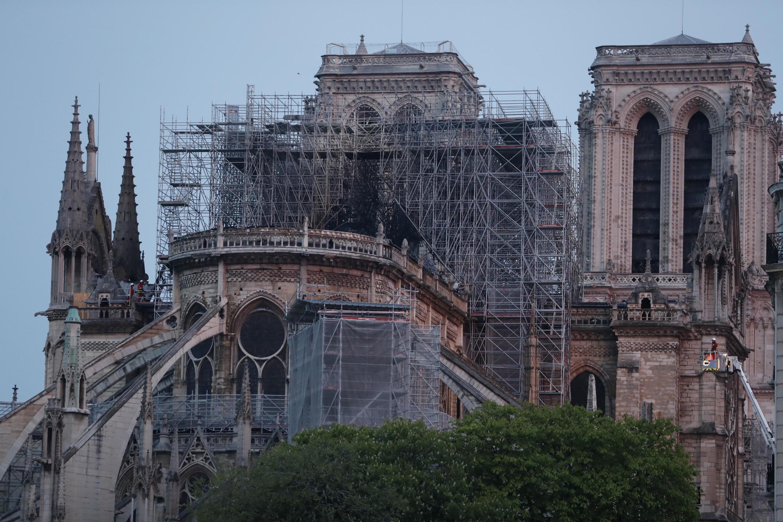 Notre-Dame de Paris au lendemain de l'incendie qui l'a ravagée.