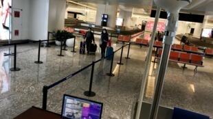 Il n'y a pas foule ce jeudi matin 23 janvier à l'aéroport de Wuhan où la température corporelle des voyageurs qui arrivent est contrôlée par scanner.