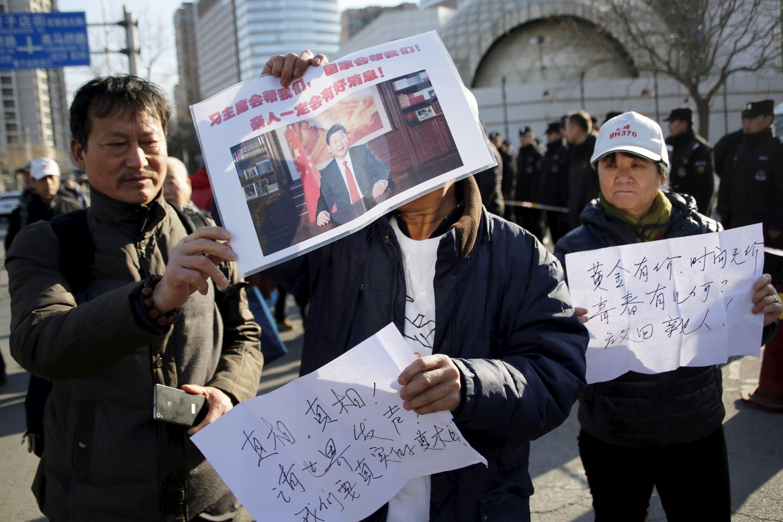 Familiares de passageiros do voo da Malaysia Airlines MH370 que desapareceu em 2014, protestam em frente do Templo Lama em Pequim, China, 08 de março de 2016.