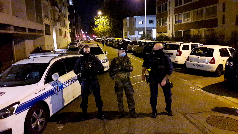Лион. 31.10.2020. Полиция и военные оцепили улицы, прилегающие к греческой церкви, где было совершено вооруженное нападение на священника.
