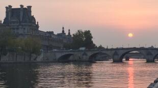 París, a orillas del Sena, atardecer.