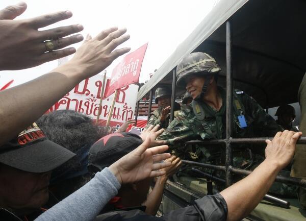 Los soldados tailandeses tuvieron que retirarse a sus bases luego de que los manifestantes avanzaran sobre sus carpas.