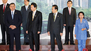 Les dirigeants des pays membres de l'APEC posent à la clôture du sommet de l'APEC à Singapour, le 15 novembre 2009.