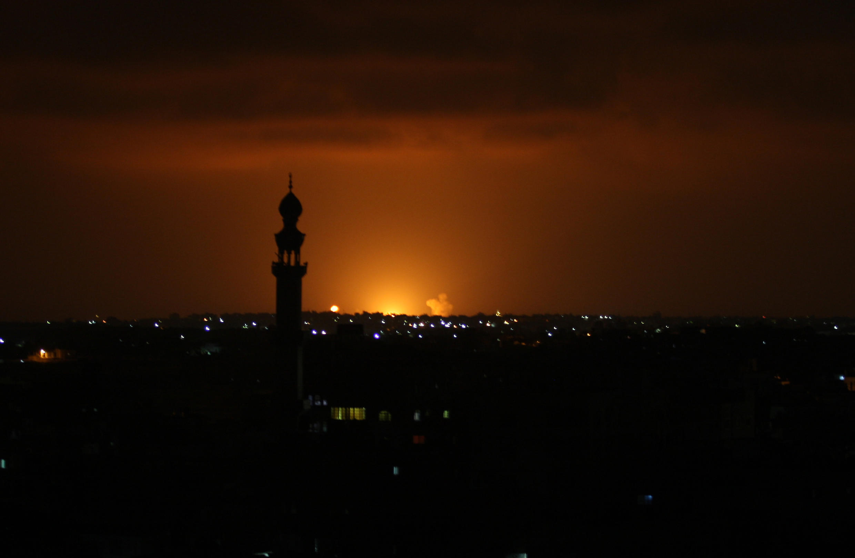 Humo y llamas tras un ataque israelí en la ciudad de Jan Yunis, en el sur de la Franja de Gaza, el 16 de septiembre de 2020