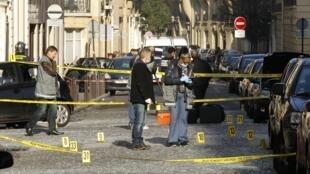 Эксперты полиции на месте взрыва у посольства Индонезии в Париже 21/03/2012