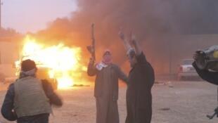 Des opposants incendient un véhicule militaire lors des heurts à Ramadi, le 31 décembre 2013.