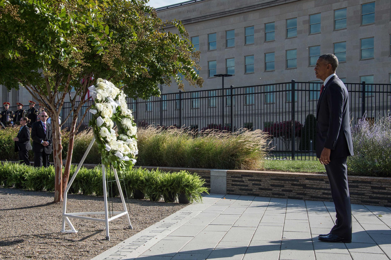 Barack Obama observant une minute de silence en hommage aux victimes du 11-Septembre au Pentagone à Washington, le 11 septembre 2016.