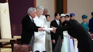 """""""آکیهیتو"""" امپراطور ژاپن، روز سهشنبه ١٠ اردیبهشت/ ٣٠ آوریل ٢٠۱٩، از مقام خود کنارهگیری کرد و این مقام را به پسرش """"ناروهیتو"""" واگذار کرد."""