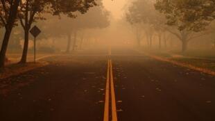 Calle desierta en medio del Kincade Fire en Windsor, California.