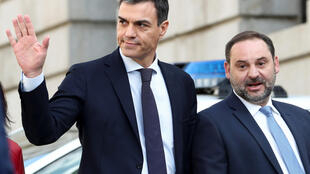 Con el apoyo de una heteróclita mayoría, el líder socialista Pedro Sánchez derribó este viernes al conservador Mariano Rajoy en una moción de censura en el Parlamento.