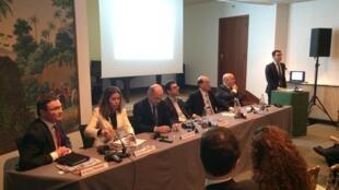 """Debate """"Acordo Mercosul-União Europeia: Quais perspectivas econômicas?"""", realizado na embaixada brasileira, em Paris."""