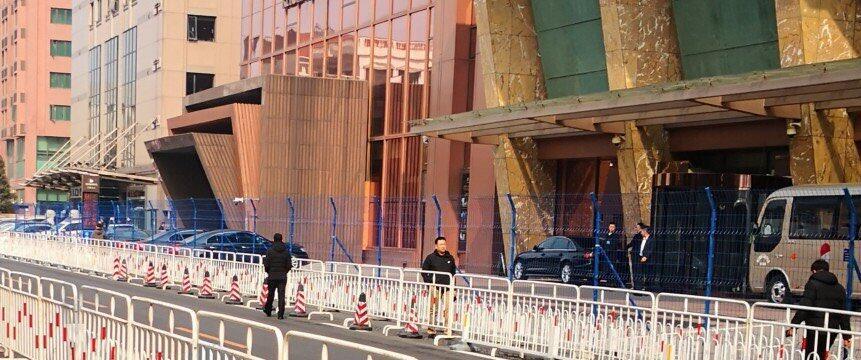 這是網友拍攝的北京某座據指住着出席兩會代表的照片