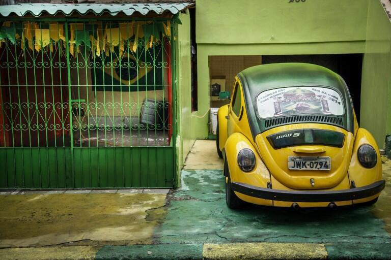 Một chiếc Volkswagen cổ được sơn mầu cờ của Brazil.