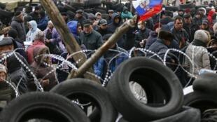 Баррикады у здания обладминистрации в Донецке 11 апреля 2014