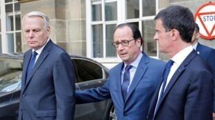 Le président François Hollande entouré du ministre des Affaires étrangères Jean-Marc Ayrault (g) et le Premier ministre Manuel Valls, le 16 juillet 2016.