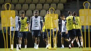 Blaise Matuidi (c) et ses coquipiers se sont entraînés lundi soir sur la pelouse du Stade central de Gomel.