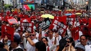 """Nhiều người biểu tình mang Dù vàng, biểu tượng của phong trào """"Occupy Central/Chiếm lĩnh trung tâm"""", Hồng Kông, 9/6/2019."""