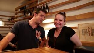 Bar de vinhos Inaro, do francês Johan, abre as portas para refugiada Fariza.