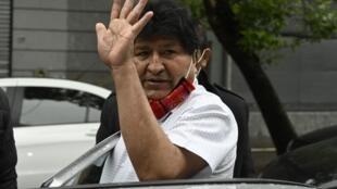 El expresidente boliviano Evo Morales saluda al salir de una conferencia de prensa en Buenos Aires, el 22 de octubre de 2020