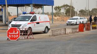 Les forces de sécurité tunisiennes vérifient des véhicules à Ras Jedir, à la frontière avec la Libye (photo d'archives).