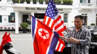 Cờ Mỹ và Bắc Triều Tiên trước khách sạn Métropole, Hà Nội (Việt Nam) ngày 19/02/2019.