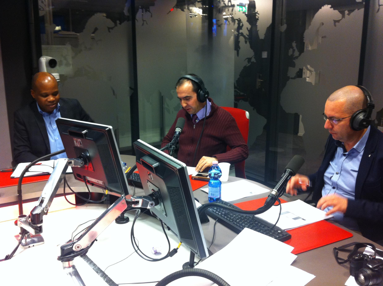 Debate sobre eleições locais francesas com Felício Manu (à esquerda) e Vítor Moura ((à direita) como con