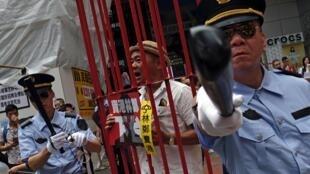 Des manifestants habillés en policiers chinois défilent contre le projet de loi sur les extraditions vers la Chine, à Hong Kong, le 28 avril 2019.