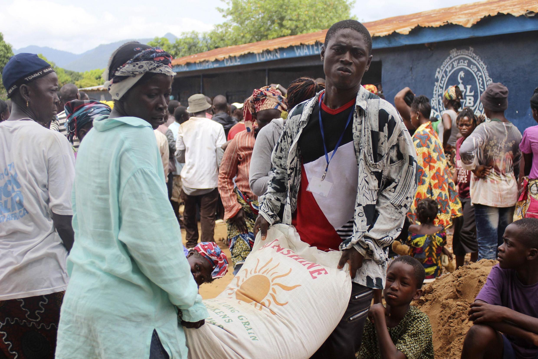 Pessoas recebem ajuda humanitária em Serra Leoa, um dos países mais afetados pelo ebola.