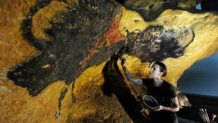 El taller de facsímiles del Périgord emplea a más de 30 artistas que trabajan en la realización de una nueva réplica de la cueva de Lascaux.