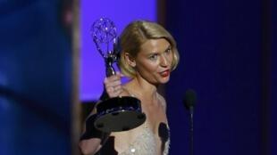 Claire Danes tana rike da kyautar jarumar tauraruwa da ta lashe ta Primetime Emmy Award a Amurka