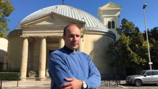 Le père Georges Vandenbeusch devant sa paroisse à Courbevoie, le 2 octobre 2015.