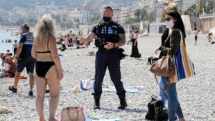法国尼斯海滩,警方叮嘱休闲的人,别忘了社交距离。
