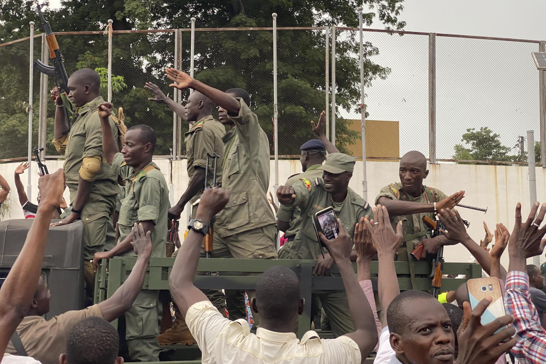 .سربازان شورشی مالی در نزدیکی میدان «استقلال» در باماکو، پایتخت کشور ـ ١٨ اوت ٢٠٢٠